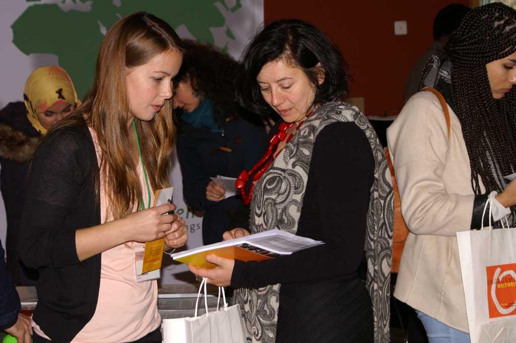 Zwei Frauen in einem Informationsgespräch