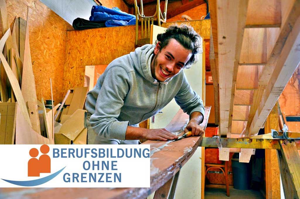 Junger Mann bei handwerklicher Tätigkeit