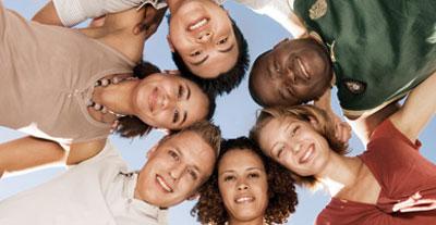 Sechs Jugendliche, die gemeinsam in einem Kreis stehen